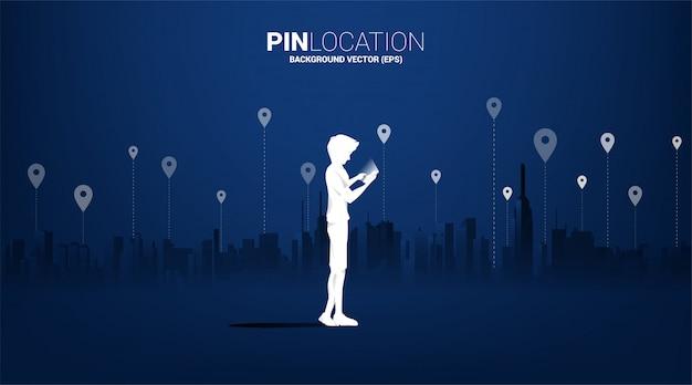 도시 배경으로 모바일 및 gps 아이콘을 가진 남자의 실루엣. 위치 및 시설 장소의 개념, gps 기술