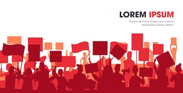 抗議ポスターを保持している人々の群衆の抗議者のシルエット
