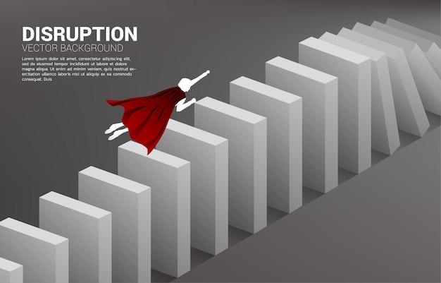 スーパーヒーローのシルエットがドミノ崩壊に飛びます。ビジネス産業の概念は混乱します