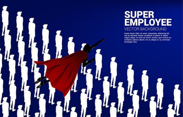 사람들의 그룹 위에 비행 슈퍼 히어로의 실루엣입니다. 비즈니스의 부스트와 성장의 개념입니다.