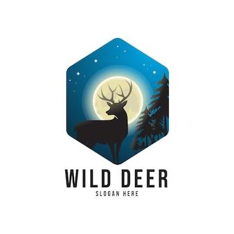 月の夜の景色と野生の鹿のシルエット。