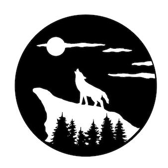 山の月に吠えるオオカミのシルエット
