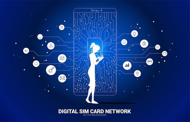 Силуэт женщины используют мобильный телефон с цифровой сим-картой от линии, соединяющей точечный стиль печатной платы.