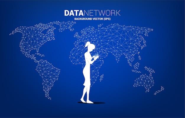 女性のシルエットは、世界地図ポリゴンの背景を持つ携帯電話を使用しています。在宅勤務とテクノロジーのコンセプト。