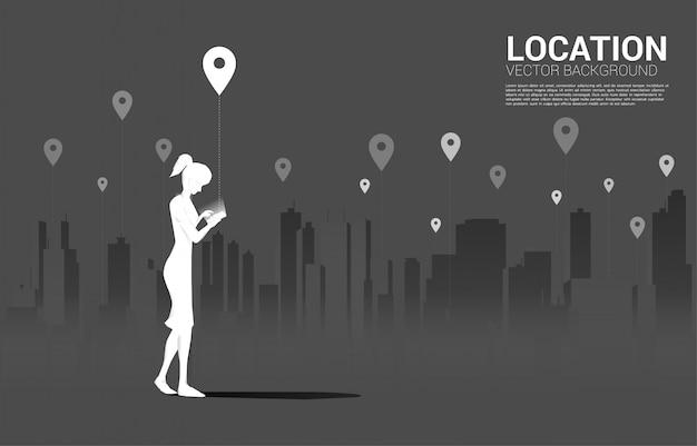 도시 배경으로 모바일 및 gps 아이콘을 가진 여자의 실루엣. 위치 및 시설 장소의 개념, gps 기술