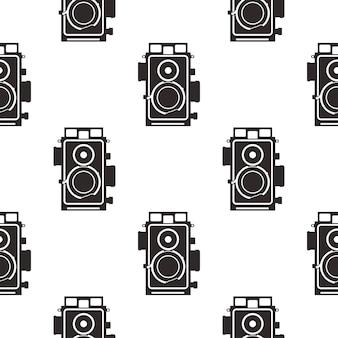 실루엣 오래 된 카메라 패턴입니다. 흑백 스타일의 빈티지 카메라, 섬유 인쇄, 의류, 티셔츠 등을 위한 기하학적 매끄러운 벽지. 스톡 벡터 복고풍 배경은 흰색으로 격리되어 있습니다.