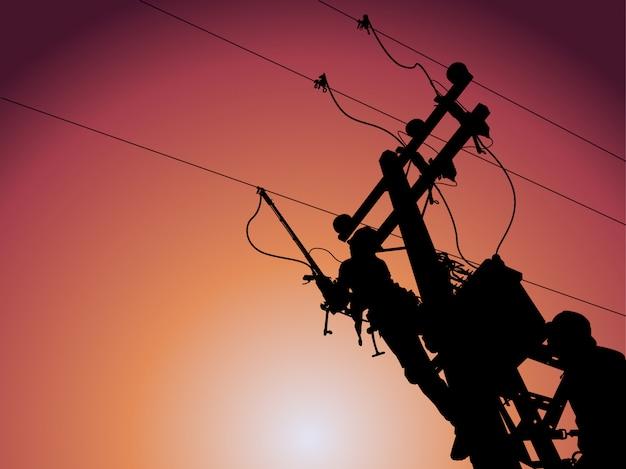 シルエット、送電線マンは電力線の変圧器を閉じるのにクランプ棒を使用します。