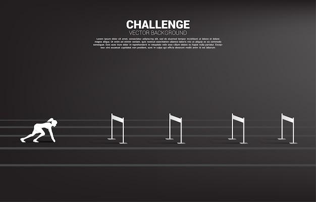 Silhouette коммерсантка готовая для того чтобы побежать препятствие барьеров. фоновая концепция препятствий и вызовов в бизнесе