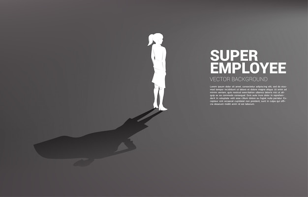 Silhouettebusinesswoman와 슈퍼 히어로의 그의 그림자입니다. 잠재력과 인재 관리 능력 강화