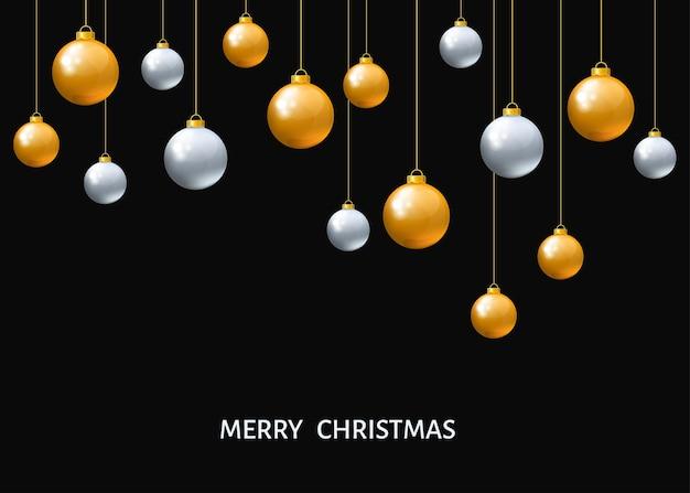 Серебряные и золотые подвесные новогодние шары, изолированные на черном фоне. рождественские реалистичные фенечки. векторные праздничные украшения.