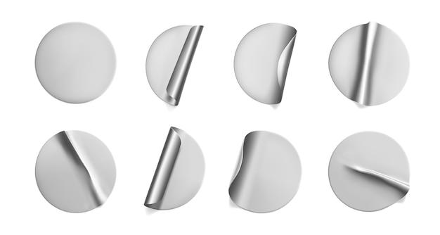 Серебряные круглые мятые наклейки с отрывным уголком. клейкая наклейка из серебряной фольги или пластиковая наклейка с эффектом складки.