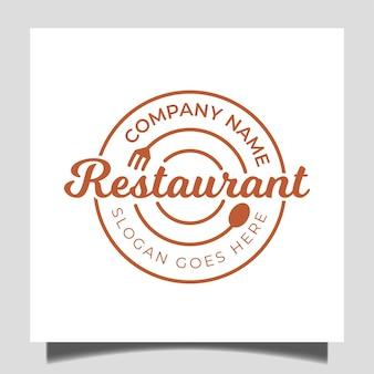 ビジネスケータリングのロゴのフォーク、スプーン、プレートのアイコンとシンプルなバッジの古典的なレストランの食べ物