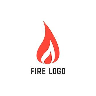 간단한 빨간 불 로고. 사고, 불 같은, 시각적 정체성, 불덩어리, 타오르는, 연소, 점화, 염증의 개념. 흰색 배경에 플랫 스타일 트렌드 현대 브랜드 디자인 벡터 일러스트 레이 션