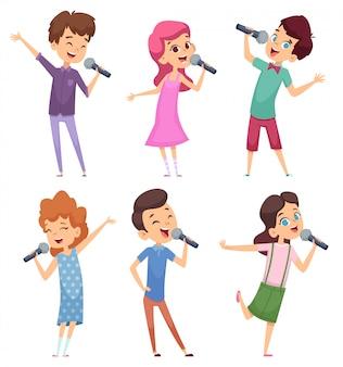 노래하는 아이들. 마이크 캐릭터와 함께 서있는 행복한 귀여운 어린이 음악 음성 연구 소년과 소녀