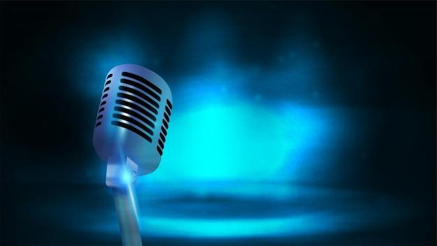 Одиночный серебряный олдскульный вещательный микрофон на фоне с темно-синей пустой сценой
