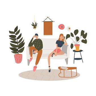 植物や家の家具で飾られたリビングルームに座っているカップル。