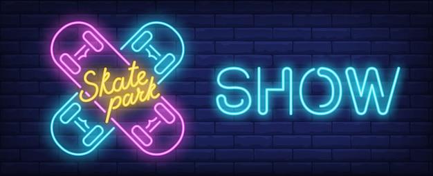 스케이트 공원 쇼 네온 사인. 파란색과 분홍색 스케이트 보드와 벽돌 벽에 빛나는 비문