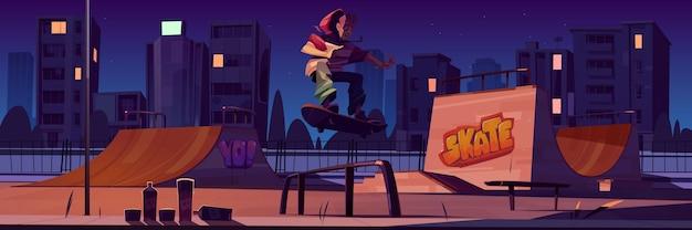 夜にスケートボードに乗っている男の子とスケートパーク。ランプ、壁の落書き、ティーンエイジャーのジャンプのある漫画の街並み。街灯に照らされた極端なスポーツ活動のための遊び場