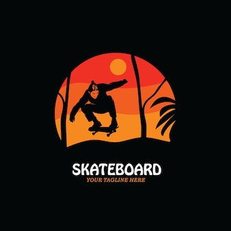森の中のスケートボードのロゴのシルエット