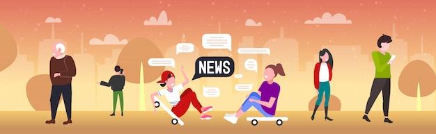 のニュースチャットバブル通信の概念を議論するスケートボードの上に座ってスケーターカップル。都市公園水平全長図でリラックスした男の女の子