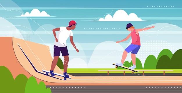 スケートボード用のさまざまな傾斜路がある公共のスケートボードパークでトリックを実行するスケーター