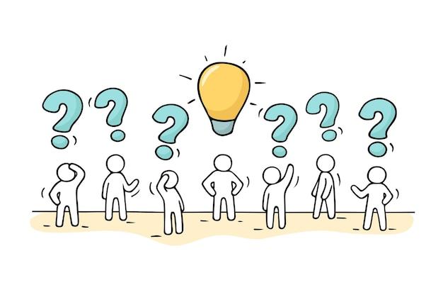 스케치-질문 노래와 램프 아이디어로 일하는 작은 사람들의 군중. 손으로 그린 비즈니스 디자인에 대 한 만화 그림입니다.