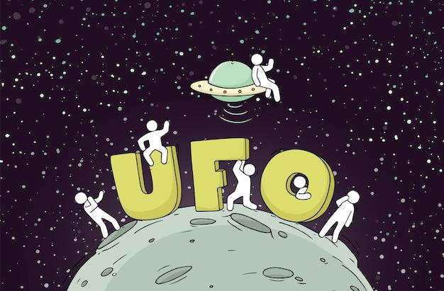 Ufo라는 단어가 있는 작은 사람들의 스케치입니다. 우주에 대한 귀여운 미니어처 장면을 낙서하세요. 손으로 그린 만화 벡터 일러스트 레이 션.