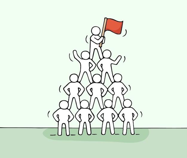 작은 사람들이 일하는 피라미드의 스케치. 귀여운 미니어처 팀워크와 파트너십을 낙서하십시오. 손으로 그린 만화 그림
