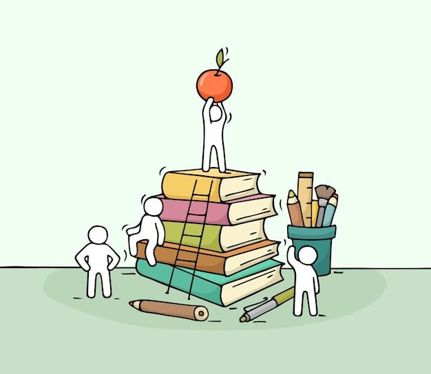 일하는 작은 사람들과 편지지 스케치 책 더미의 귀여운 미니어처 낙서