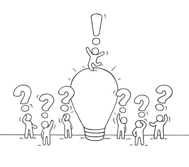 ランプのアイデアで働く小さな人々のスケッチ。クリエイティブワーカーのかわいいミニチュアシーンを落書き。ビジネスデザインとインフォグラフィックの手描き漫画イラスト。