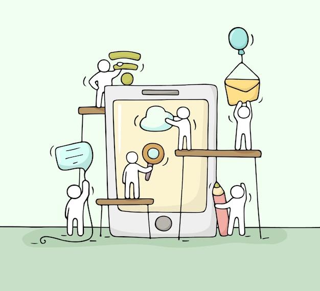 スマートフォンで働く小さな人々のスケッチ。コンピューターの兆候とかわいいミニチュアチームワークを落書き。技術設計のための手描き漫画イラスト。