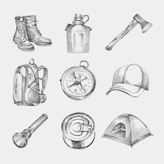 Эскиз набор рисованной походный комплект. комплект состоит из сапог, рюкзака, кепки, палатки, компаса, фляги, фонарика, топора, консервов.