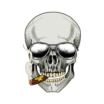 두개골 담배 흡연과 흰색 배경에 선글라스를 착용