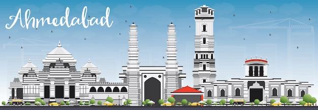 Ахмедабад skyline с серых зданий и голубое небо.