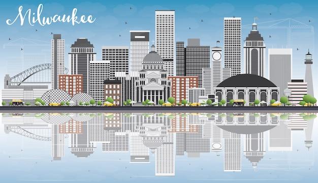 Милуоки skyline с серых зданий, голубое небо и размышления.