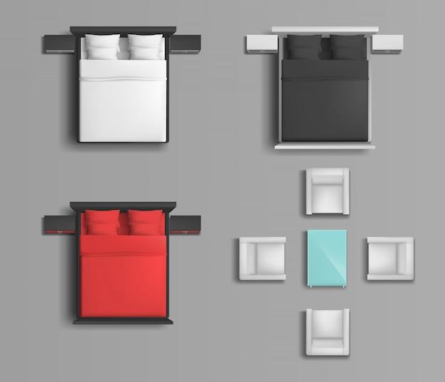Спальная кровать с разноцветным постельным бельем и подушками, мягкие кресла и журнальный столик