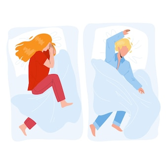 Спящего ребенка мальчик и девочка в уютной кровати вектор. на подушке и покрытом одеялом спит ребенок в удобной мебели для спальни. персонажи сна и время мечты плоский мультфильм иллюстрации