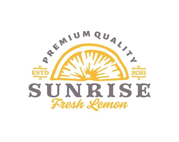 スライスレモンのロゴのテンプレート。レトロなタイポグラフィで葉のスケッチと手描きのレモン