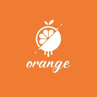 スプラッシュとスライスされた新鮮なオレンジ色のロゴデザイン