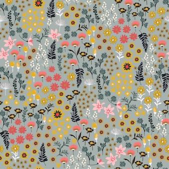 小さな自由多くの種類の野生の花のパターン