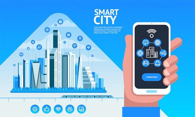 スマートシティ。建物、高層ビル、輸送交通のある都市景観。スマートフォンを持っている手
