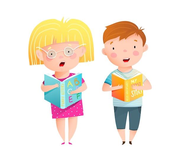 物語とabcの本を声に出して読んでいるスマートでかわいい小さな子供たちの男の子と女の子