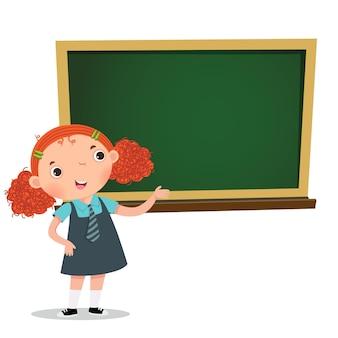 黒板の前で何かを提示するスマートな女の子