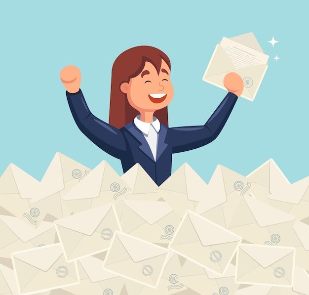 Улыбающаяся бизнес-леди нашла нужное письмо в куче писем. прямая почтовая рассылка, электронная почта, концепция спама