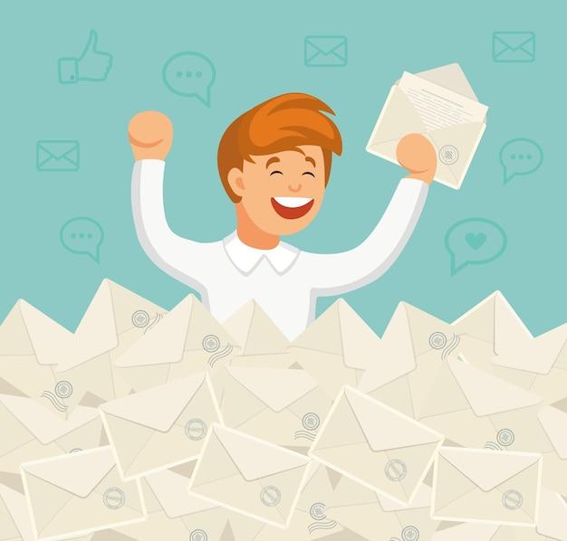Улыбающийся бизнесмен нашел нужное письмо в куче писем. прямая почтовая рассылка, электронная почта, концепция спама
