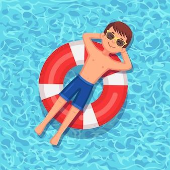 Улыбающийся человек плавает на надувном матрасе
