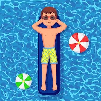 Улыбающийся мужчина плавает, загорает на надувном матрасе в бассейне.