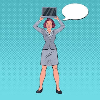 Улыбающаяся деловая женщина, держащая ноутбук
