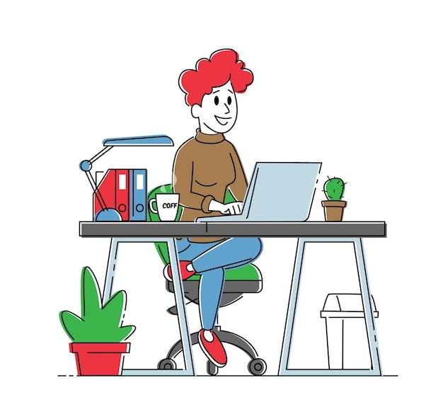 笑顔のビジネスウーマンやフリーランサーがコーヒーカップと一緒に机に座ってノートパソコンに取り組んでいます