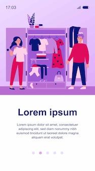 服を選ぶ笑顔のカップル。ワードローブ、ドレス、tシャツのイラスト。バナー、ウェブサイトまたはランディングウェブページのファッションと関係の概念